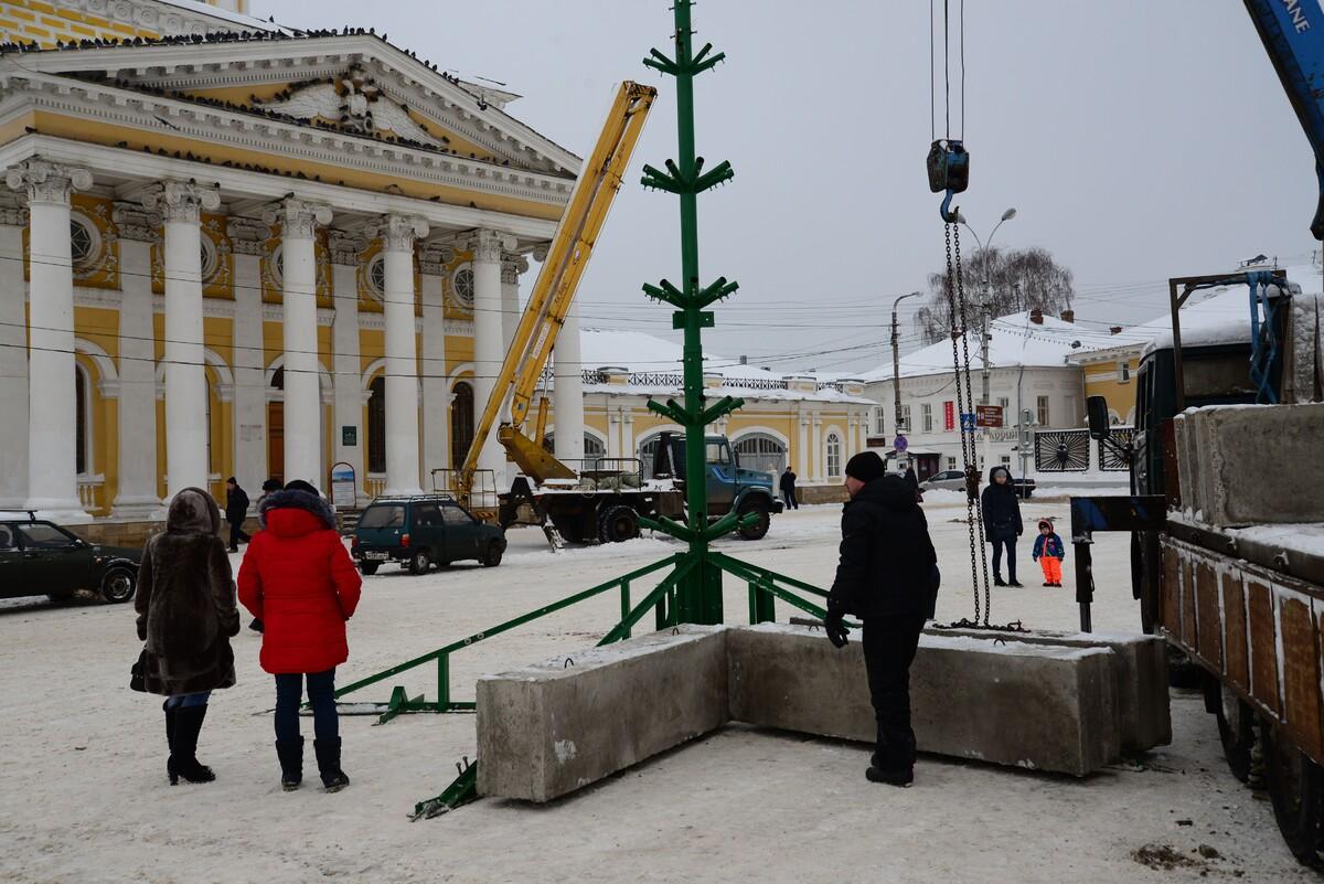 В Костроме началась установка главной городской ёлки