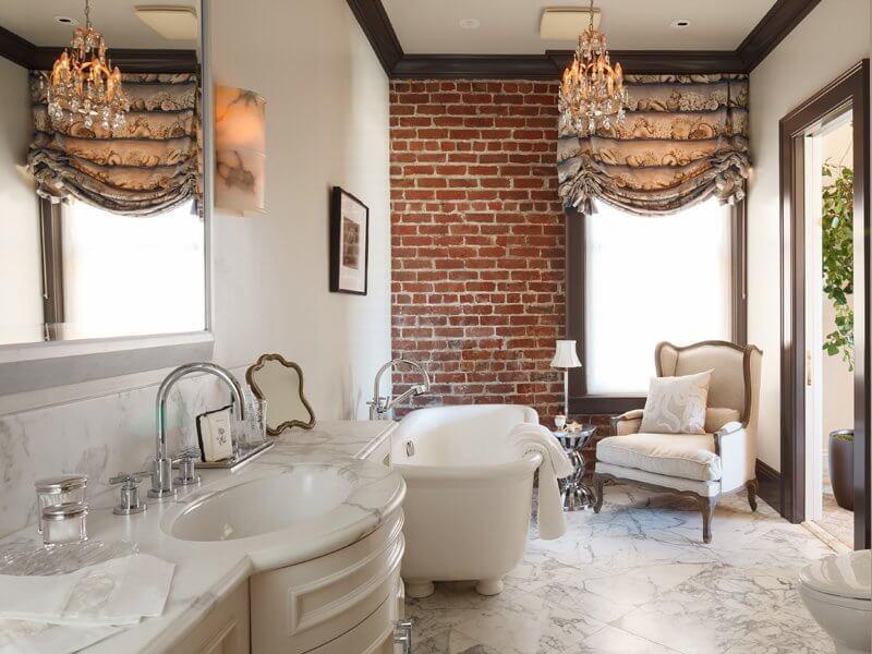 ванная комната с кирпичной стеной