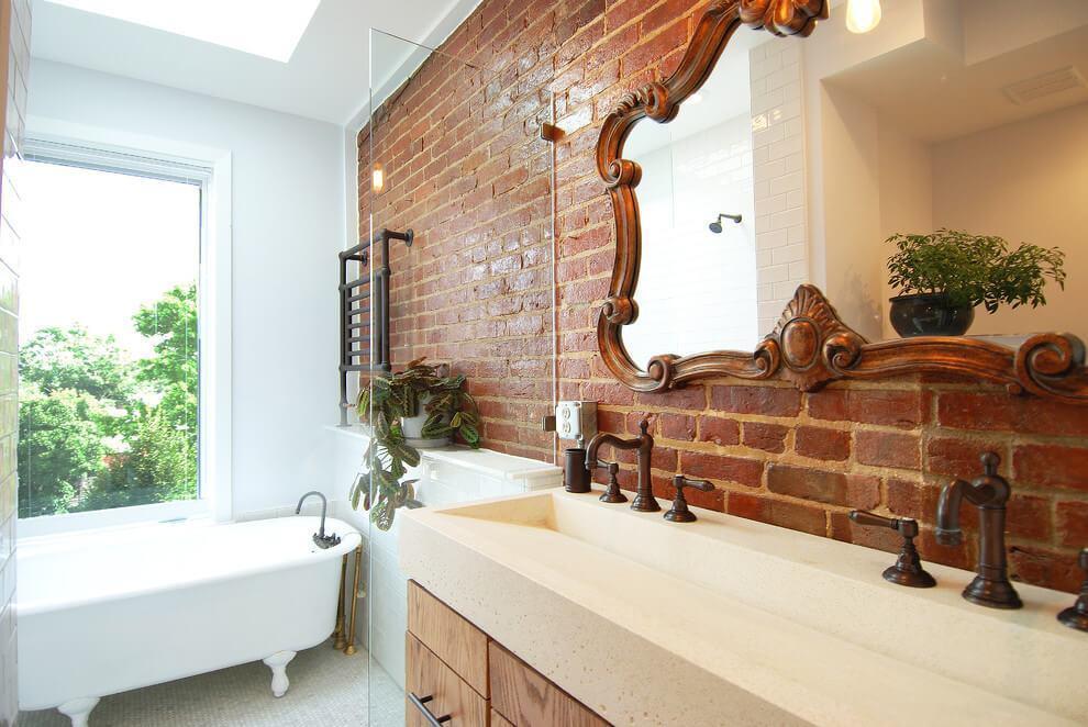 ванная с окном и кирпичной кладкой на основной стене