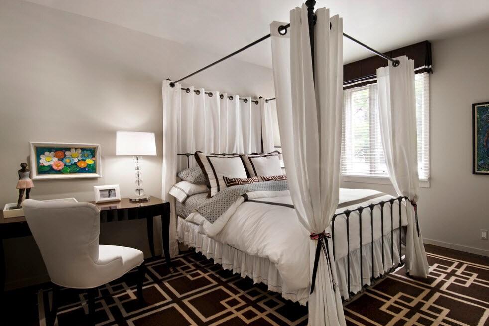 дизайн кованой кровати с занавесками