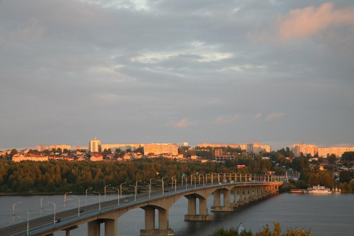 Движение транспорта на мосту через Волгу организовано по четырем полосам