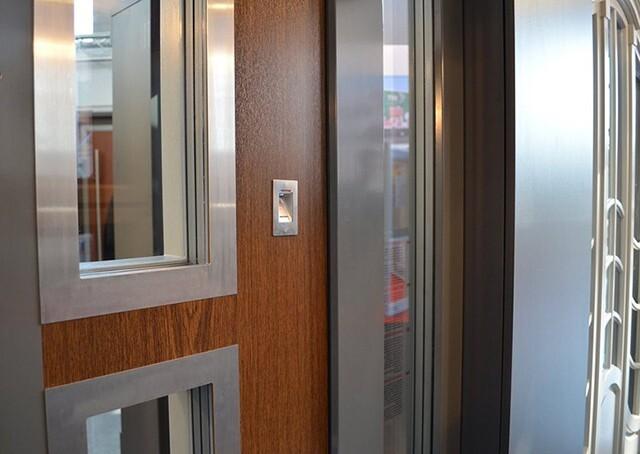 дверь с отпечатком пальца