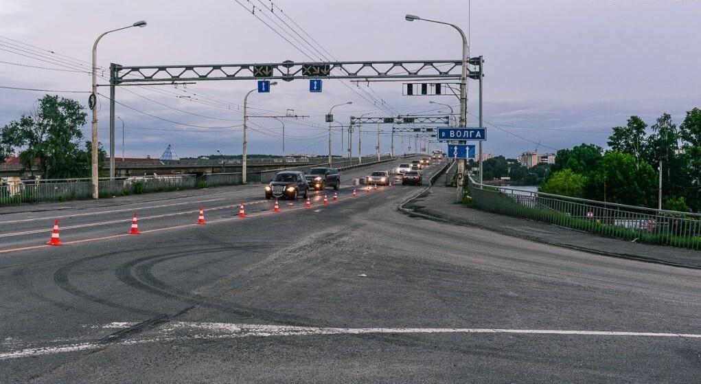 В связи с установкой опор освещения на мосту через Волгу в выходные ограничат движение