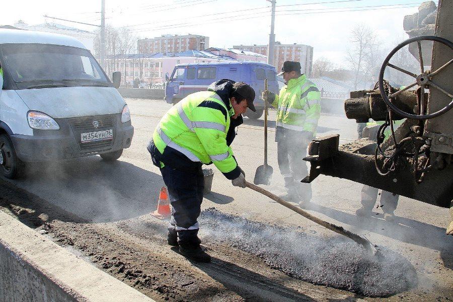 В Рыбинске продолжаются работы по ямочному ремонту дорог