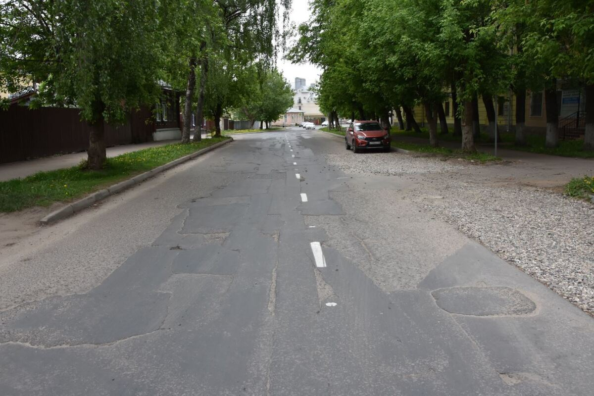 На улице Князева перед дорожным ремонтом приводят в порядок инженерные коммуникации