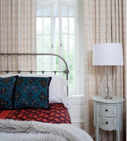 типичная кованая кровать в интерьере