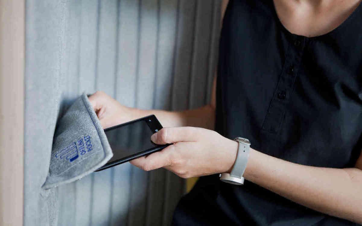 стул с карманом для смартфона