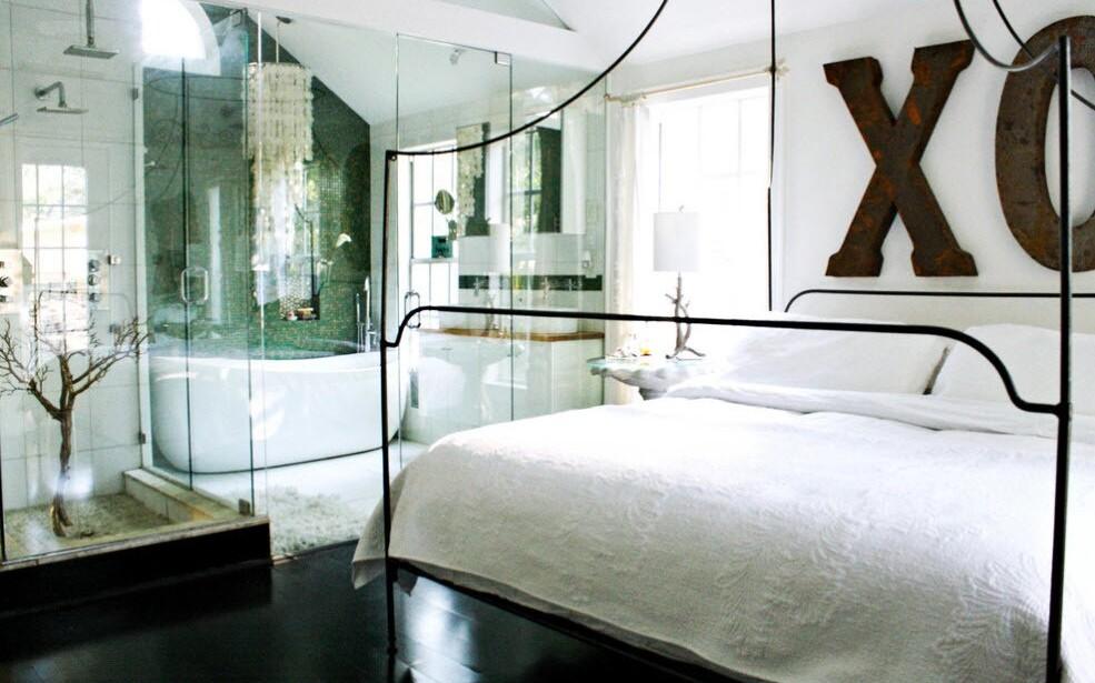 кровать с кованым основанием в современном интерьере