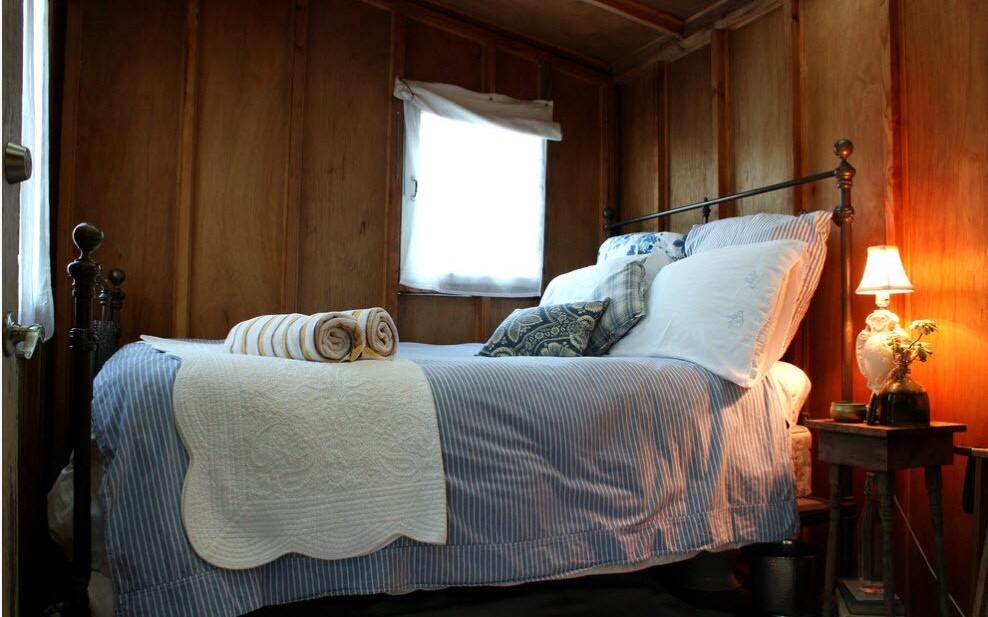 кровать с кованой спинкой в стиле кантри