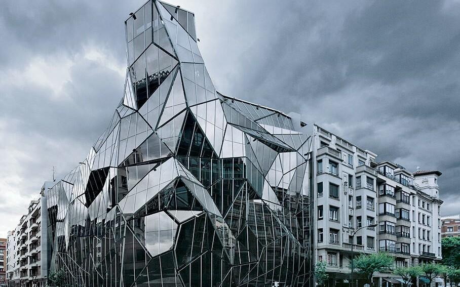 оригинальный фасад здания из стекла