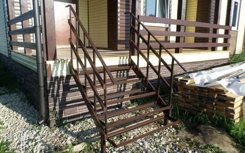 вход в дом с лестницей