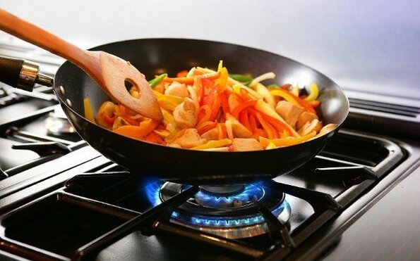 жарка блюда в вок
