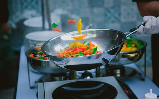 тушение в сковороде-вок