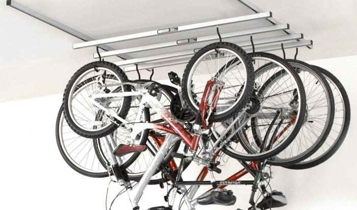 Храним велосипеды в маленьком гараже