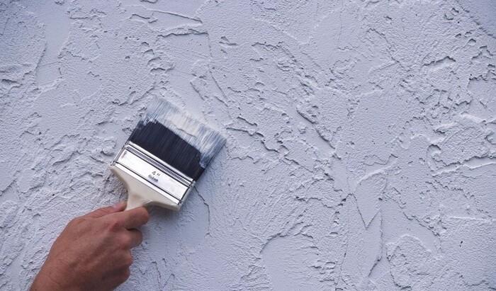 Отделка стен мансарды: декоративная штукатурка