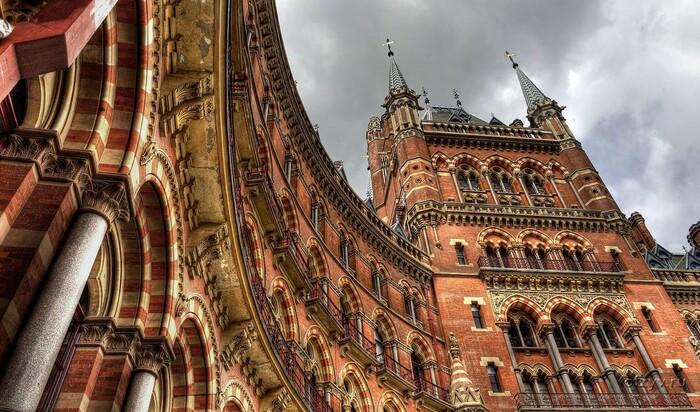 Неоготический стиль в архитектуре: основные черты, история и современные примеры