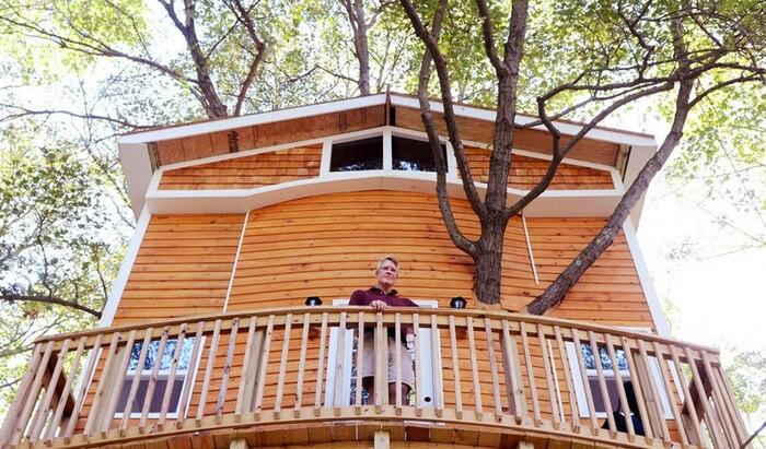 Этот мужчина построил прекрасный домик на дереве для своих внуков