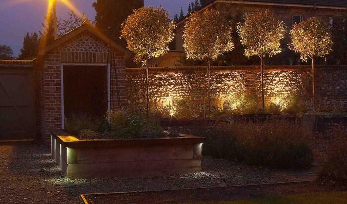 Освещение ограждений и заборов на территории частного дома