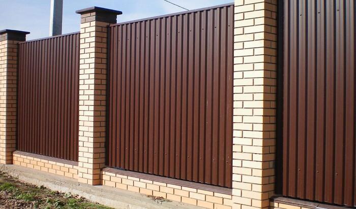 Забор из профнастила для ограждения территории частного дома