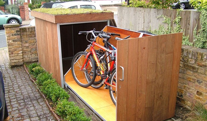 Как хранить велосипед на улице? Идея для мини-гаража