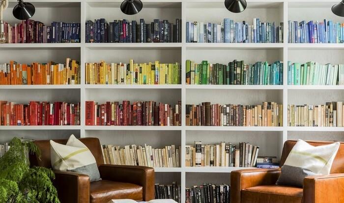 Цветная библиотека: способ украсить интерьер или проявить неуважение к книгам?
