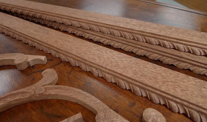 Несколько декоративных элементов на антикварной мебели