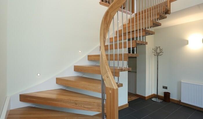 Самые популярные материалы для отделки лестниц в доме