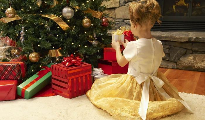 Традиции складывать подарки под елочку. Как стать оригинальным?