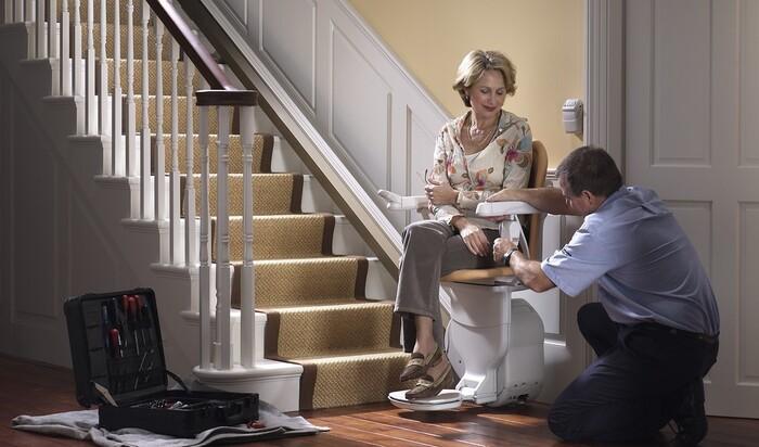 Кресло-подъемник для пожилых людей: как выбирать и кому оно необходимо