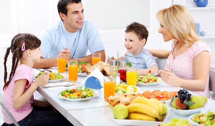 Как выбрать обеденный стол для всей семьи?