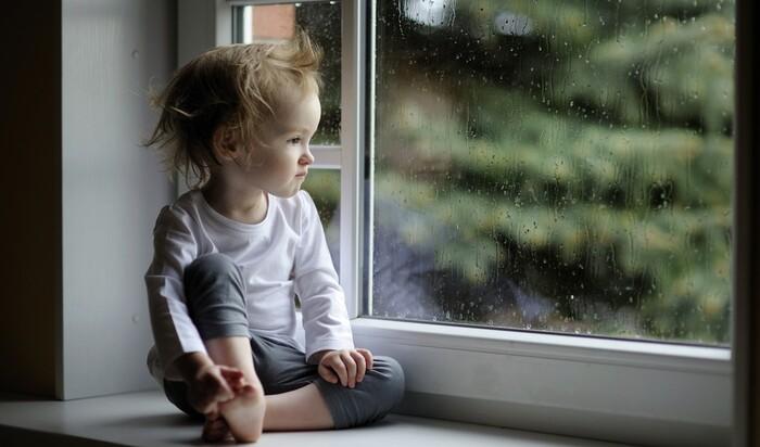 Защита на окна: как обезопасить ребенка от падения