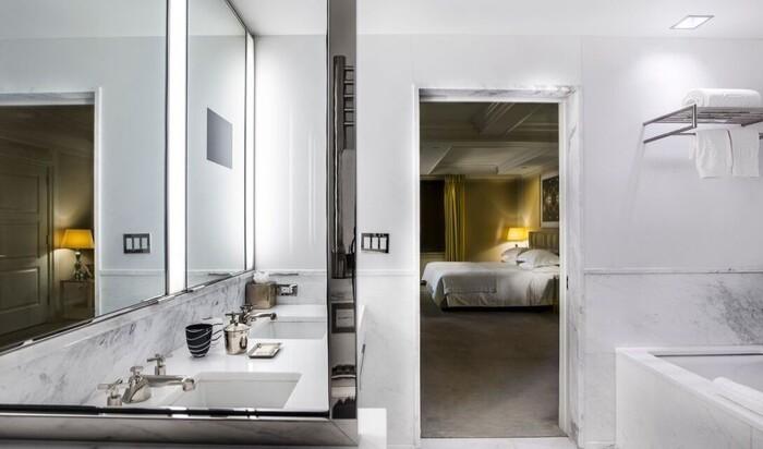 Как содержать белую ванную комнату? Советы от директора отеля класса люкс
