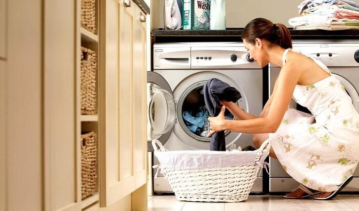Похвастаться обновкой и получить раздражение кожи: зачем стирать новую одежду после покупки?
