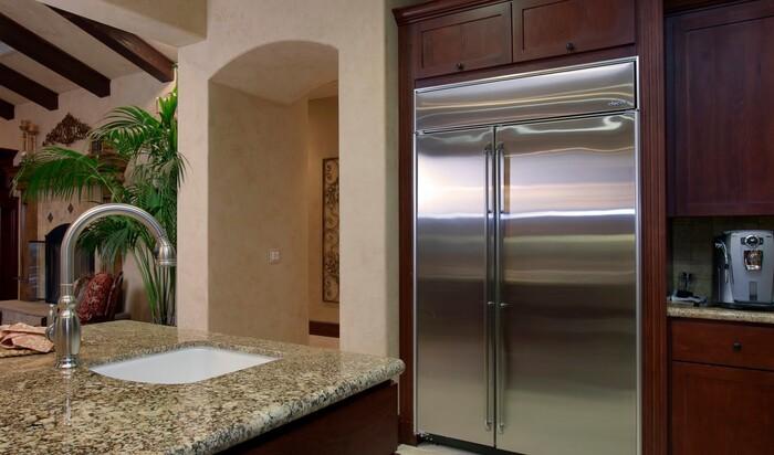 Ищем решение: как правильно разместить холодильник на кухне