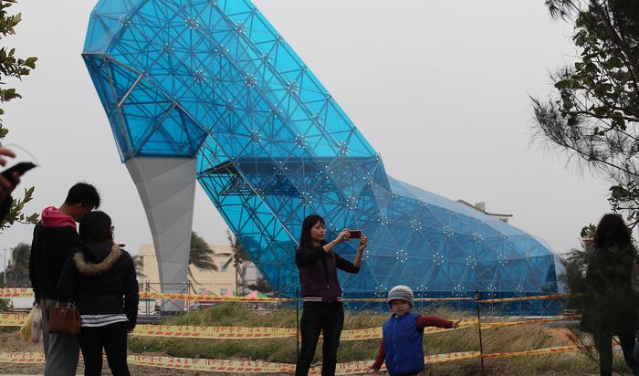 Не только Дьявол носит Prada: в Тайване строят церковь в форме туфли. Зачем?