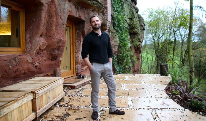 Мужчина превратил 700-летнюю песчаную пещеру в дом своей мечты