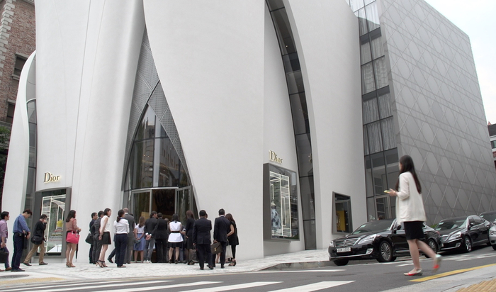 Кристиану Диору от Кристиана Портзампарка: новый бутик в Сеуле