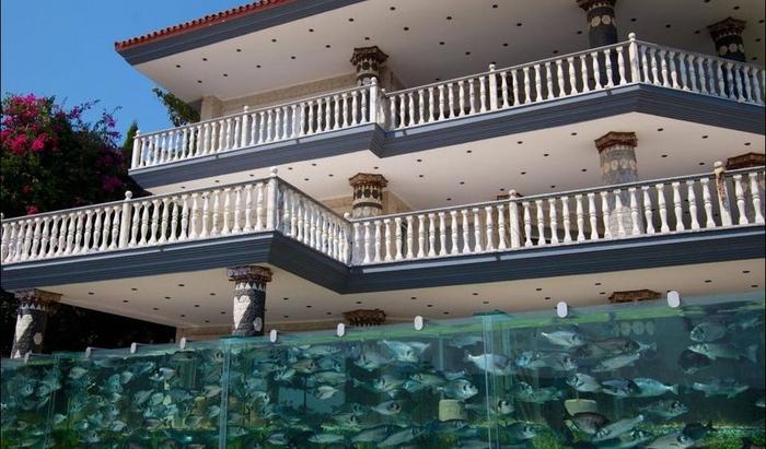 Эксцентричный бизнесмен украсил свою виллу умопомрачительным забором-аквариумом