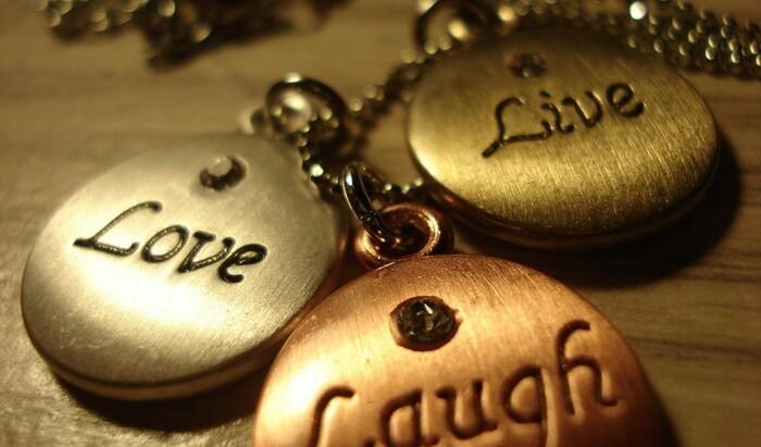 Откуда произошли знаменитые фразы «Live, Laugh, Love» и «Keep Calm and Carry On»
