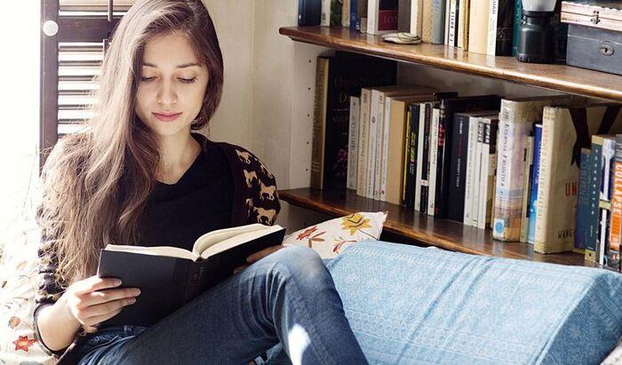 Как организовать свои книжные полки в 5 простых шагов