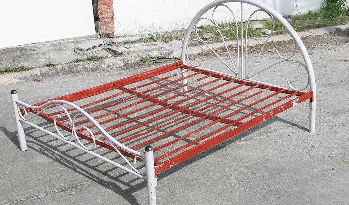 Как покрасить старую железную кровать?