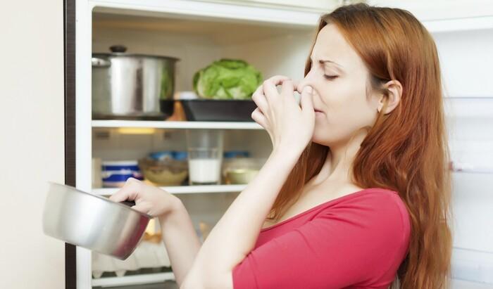 Как убрать неприятные запахи из холодильника?