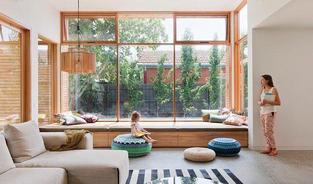 Окна с подоконником для сидения: как оформить идеальное пространство?