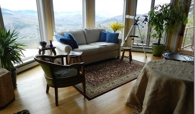 Диван перед окном: стоит ли пойти на такой шаг при перестановке мебели?