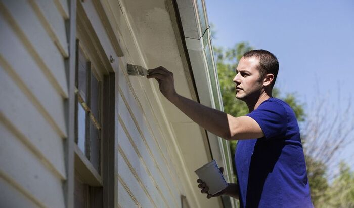 Чем и как покрасить стены дома снаружи?