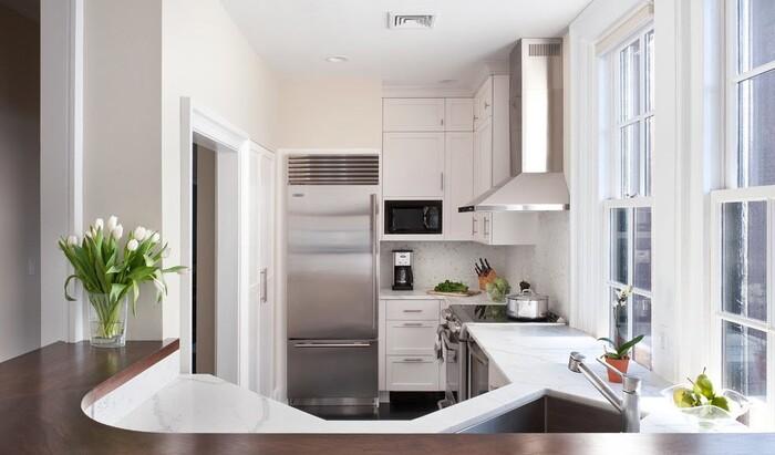 Холодильник в интерьере кухни: как выбрать и расположить этот бытовой прибор?