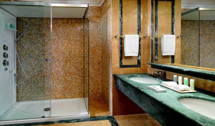 Паровой душ или закрытая душевая кабина: стоит ли устанавливать в своем доме?