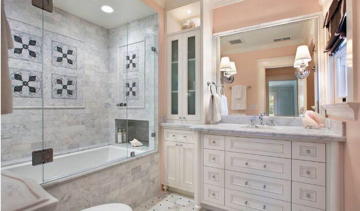 Стеклянные экраны для ванной комнаты: типы, конструкции, применение в интерьере