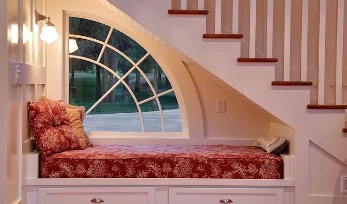 Как превратить подоконник в дополнительное спальное место?