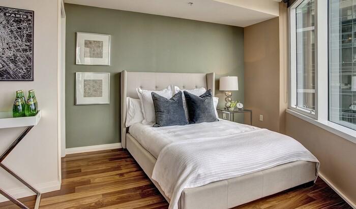 Где поставить кровать в спальне: рассмотрим возможные варианты